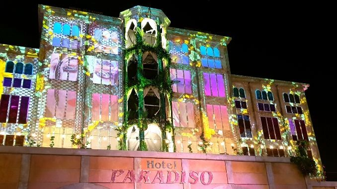 Hotel Paradiso, Boomtown at night